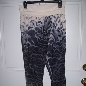 LULULEMON Cropped Athletic PANTS *Funky Black Gray